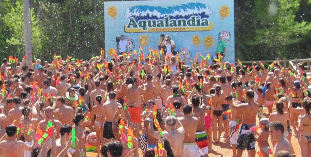 Multitudinaria Batalla de Pistolas de Agua en Aqualandia!